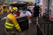 Obyvatelia mesta Los Llanos na ostrove La Palma sa snažia zachrániť aspoň nábytok či elektroniku.