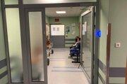 Do nemocnice nevpustia pacientov, ktorí nie sú zaočkovaní, testovaní alebo neprekonali covid-19. Výnimkou sú len deti a pacienti v akútnom zdravotnom stave.