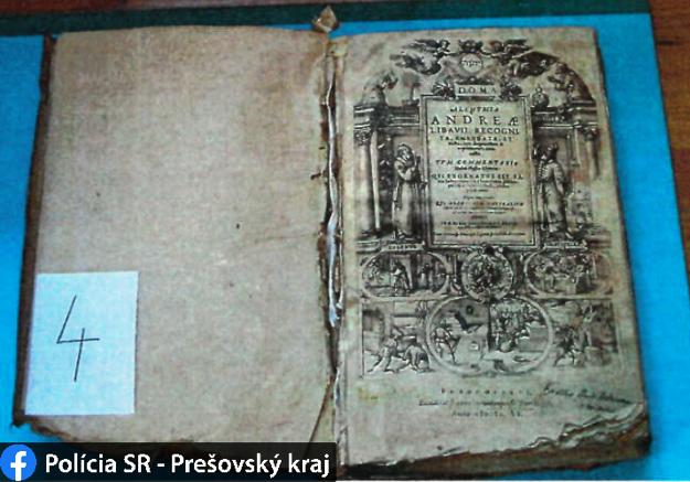 Zlodeji vyrobili kópiu pomocou starých tlačí a fotografií originálu zo zdrojov na internete.