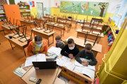 Učiteľka s deťmi počas dištančného vyučovania v Košiciach.