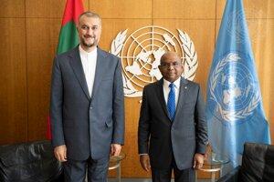 Iránsky minister zahraničných vecí Hosejn Amír Abdollahján (vľavo) a predseda Valného zhromaždenia OSN Abdulláh Šahíd počas stretnutia v sídle OSN.