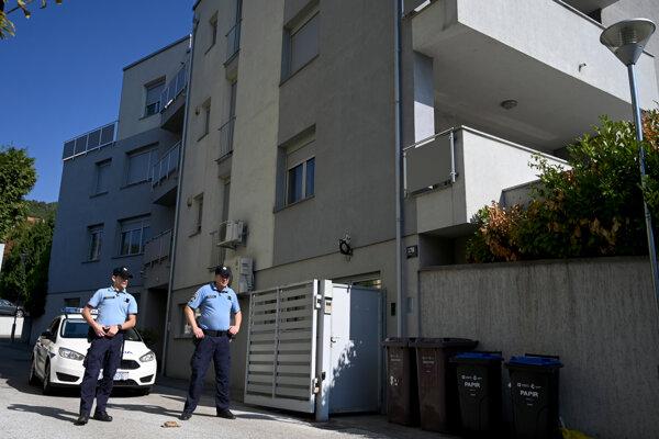 Polícia pred domom, v ktorom boli nájdené tri mŕtve deti.