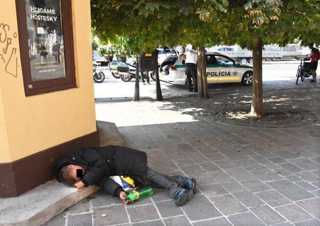 Samospráva sa snaží dostať z ulice pani Kvetu, ktorá je denne na Hlavnej. Aj počas stráženého cyklistického podujatia ju policajti prehliadali.