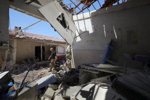 Muž prechádza cez ťažko poškodenú nemocnicu v sýrskom meste Afrín.