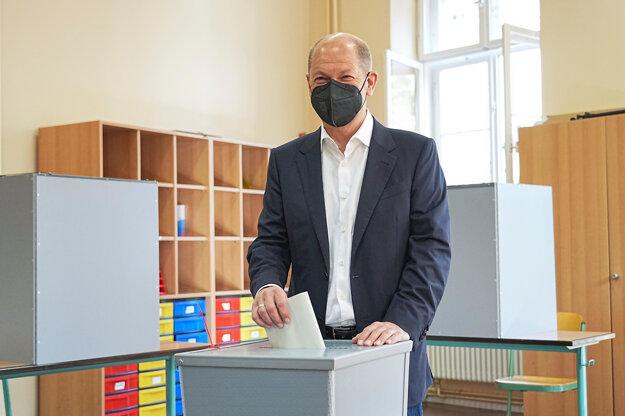 Kandidát Sociálnodemokratickej strany Olaf Scholz volí v nemeckých parlamentných voľbách 2021.