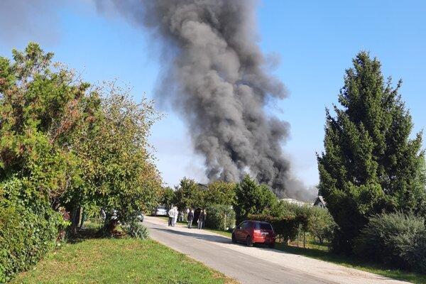 Horieť začalo v nedeľu dopoludnia.