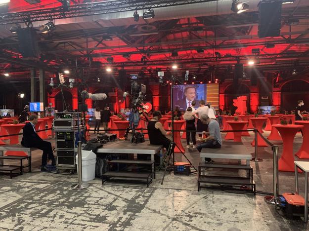 Novinári na volebnej párty berlínskej SPD sú už vyčerpaní.