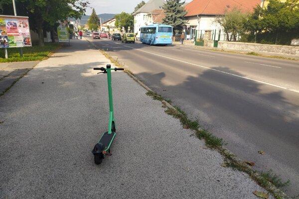 Takto niekto odstavil kolobežku neďaleko autobusovej stanice.