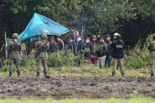 Hliadka poľskej armády pri hranicic s Bieloruskom, kde sa ocitli utečenci.