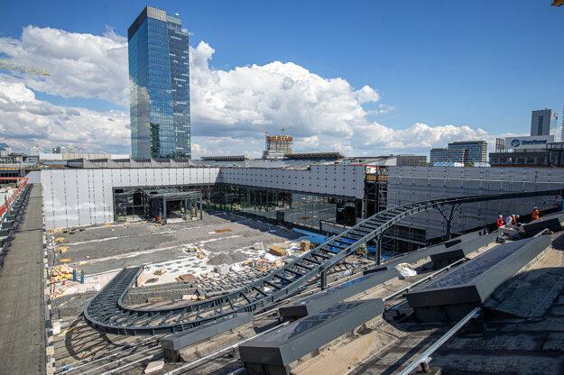 Výstavba sa začala v máji 2017 prácami na administratívnej budove Nivy Tower.