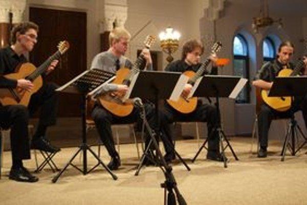Prvým účinkujúcim bolo Gitarové trio z Konzervatória v Žiline.