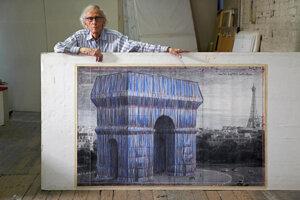 Christo Javacheff z umeleckej dvojice Christo and Jeanne-Claude s návrhom zahalenia Arc de Triomphe, Wrapped.