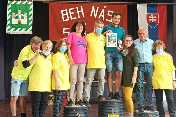 Časť organizátorov pekného dedinského behu v Matúškove. Vpravo v bledej košeli stojí Juraj Benčík.