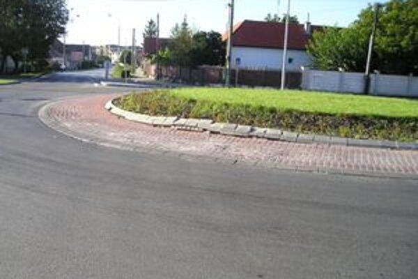 Kruhový objazd je už druhýkrát znehodnotený kamiónovou dopravou.