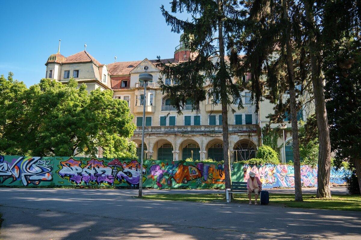 Hotel Slovan v centre Piešťan je od roku 1986 opustený.