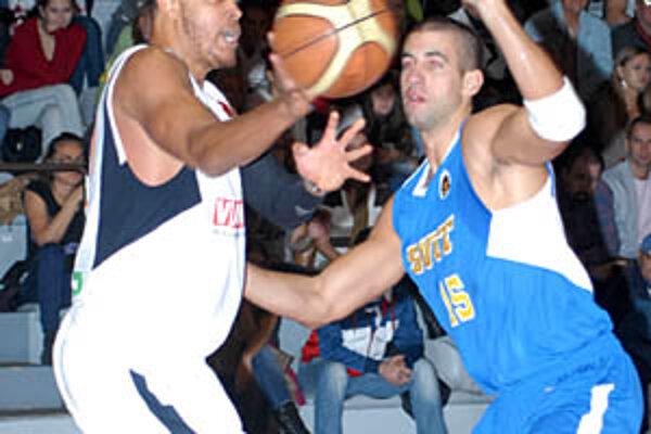 Duane Erwin (vľavo) by mal so spoluhráčom Branislavom Tomekom vytvoriť údernú podkošovú dvojicu BK SPU Nitra. Vpravo Polakovič zo Svitu.