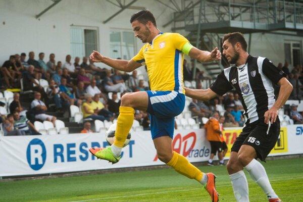 Vrábľan Dávid Hamar (v žltom) už Nitre nefandí. V nedeľu ju vyzve v historicky prvom derby pri Žitave po 27 rokoch.