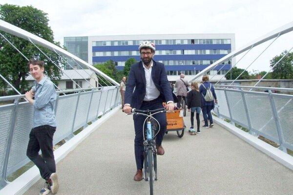 Primátor Marek Hattas na novej cyklolávke. Postavila ju firma Strabag
