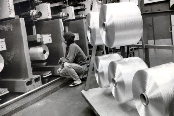 Snímka zachycujúca výrobu v Slovenskom hodvábe v roku 1995.