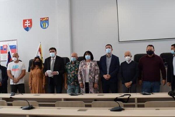 Na Mestskom úrade v Partizánskom sa stretlo vedenia mesta a nemocnice, aby spoločnými silami zabojovali o záchranu nemocnice v Partizánskom.