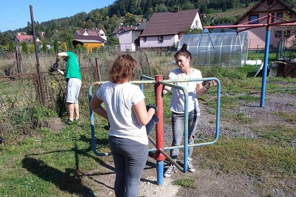 Členovia OZ pre krajšie Kysuce spolu s dobrovoľníkmi na akcii vo Svrčinovci.