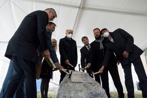 Ministerstvo uvoľnilo na projekt takmer 770-tisíc eur, ďalších 1,4 milióna poskytol mestu Štátny fond rozvoja bývania vo forme výhodného úveru.
