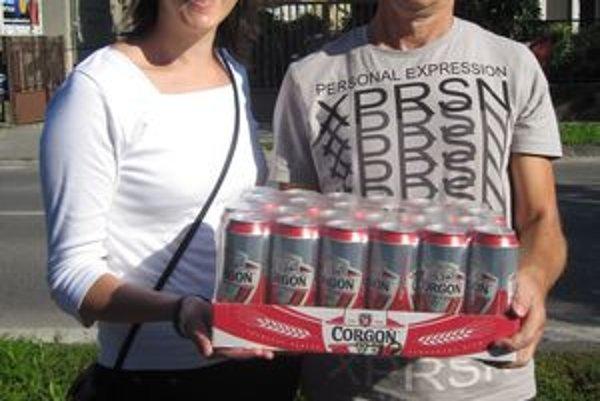 Pre kartón piva prišiel Jozef Gál zo Žirian. Vyhral ho na meno svojej manželky Jany, na snímke je s dcérou Alexandrou.
