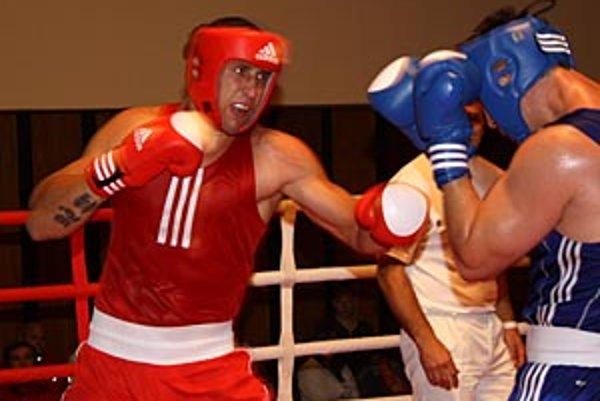 """Finále v superťažkej váhe """"obstarali"""" vo výbornom zápase dvaja nitrianski boxeri, červený Štefan Slíž vyhral na body s Tomášom Kohoutom."""
