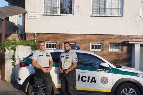 Policajti npor. Bc. Róbert Pelech (vpravo) a ppráp. Lukáš Horný nelenili, neváhali ani sekundu a okamžite pomohli vodičke vymeniť prasknutú pneumatiku.
