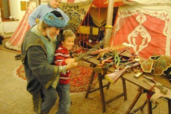 Šermiarsky majster Koza učí chlapca ako sa obracať so šabľou.