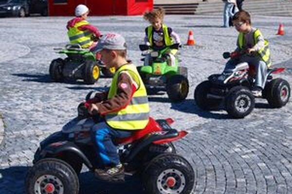 Jazdu elektrickými autíčkami si vyskúšali aj škôlkari z MŠ Piaristická v Nitre.