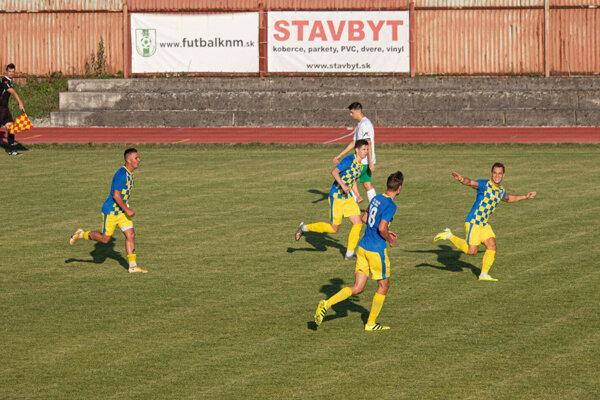Tepličke sa podaril skvelý skalp. Nad Bešeňovou vyhrala v oklieštenej zostave 2:0. Skóre zápasu otváral Vojtech Oberta (úplne vpravo).