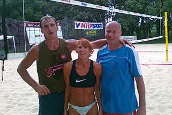 Nedeľňajší turnaj nad 40 rokov vyhrala trojica pod názvom Sloníky. Zľava Róbert Zentko, Katarína Antalová a Ján Hukel.