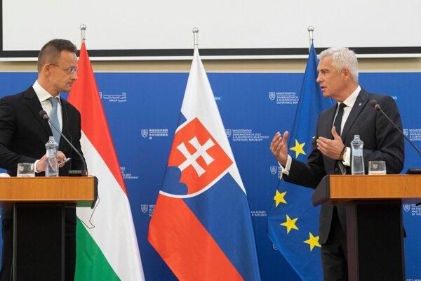 Maďarský minister zahraničných vecí Péter Szijjartó a slovenský minister zahraničných vecí Ivan Korčok.