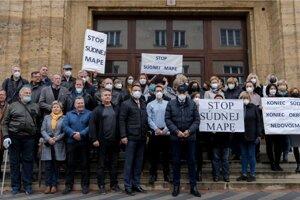 Protestujúci zamestnanci Okresného súdu v Ružomberku