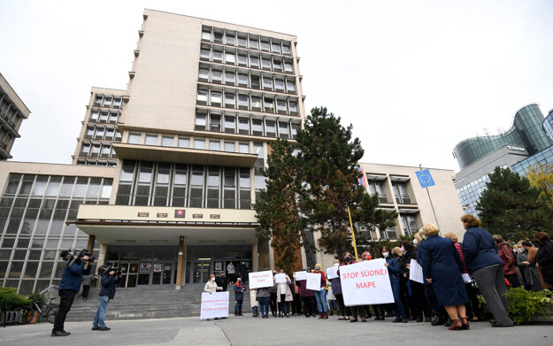 Proti novej súdnej mape protestovalo viac ako sto zamestnancov súdu.