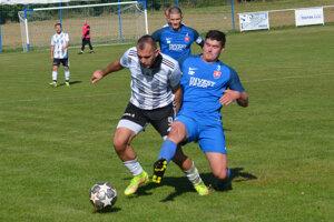 Derby medzi Novou Dedinou (v modrom) aČajkovom skončilo nerozhodne 1:1 (1:0).