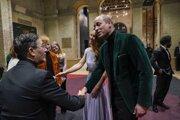 Princ William gratuluje jednému z ocenených v rámci enviromentálneho projektu Earthshot.