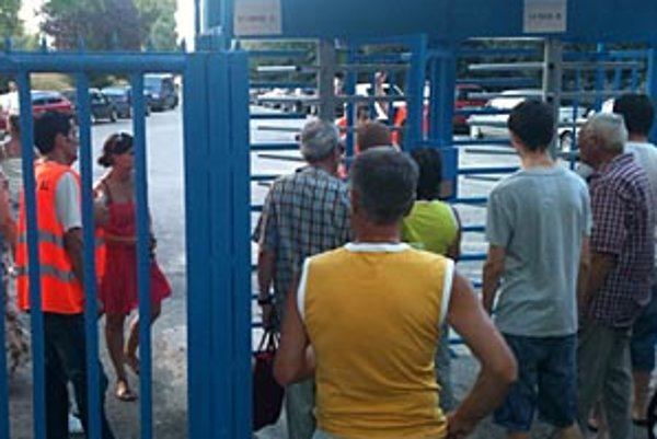 Turnikety sa zasekli a nervozita u ľudí, ktorí si kúpili vstupenky, narastala...