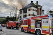 Hasiči zasahujú pri požiari opustenej budovy na Žabotovej ulici.