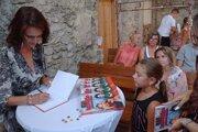 Autorka knižky Martina Pašková počas autogramiády.