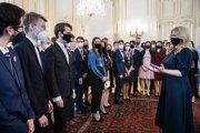 Na snímke vpravo prezidentka SR Zuzana Čaputová počas prijatia stredoškolských medailistov.
