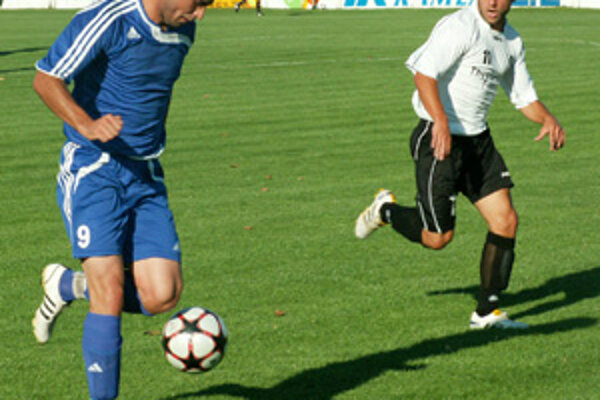 Vráble - Šamorín 1:0. Autorom gólu bol Patrik Balko, vpravo T. Szöllös.