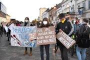 Na proteste sa zišli Košičania s transparentmi aj varechami.