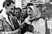 Biely Kostol navštívili viacerí prezidenti. Napríklad aj Antotín Zápotocký. Takto sa bavil s miestnimi družstevníkmi.