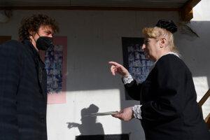 Divadlo Alexandra Duchnoviča uvedie premiéru hry 12 stoličiek v réžii Antona Korenčiho. Vľavo režisér Anton Korenči, vpravo herečka Svetlana Škovranová.