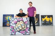 Filip Sabol (vľavo) a Matúš Maťátko (vpravo) počas inštalácie Break the Wall, kde vystavujú diela, ktoré namaľovali spoločne.