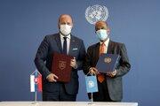 Podmienky poskytovania slovenského príspevku do misie Organizácie Spojených národov (OSN) UNFICYP na Cypre upravia nové memorandá, ktoré v New Yorku podpísali slovenský minister obrany Jaroslav Naď (OĽANO) (vľavo) a námestník generálneho tajomníka OSN pre operačnú podporu Atul Khare
