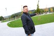 František Halás z investičného odboru nám pri otvorení cintorína ukázal rozptylovú lúku. Mesto nakoniec potvrdilo, že je to urnový háj.