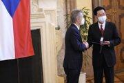 Taiwanský minister zahraničných vecí Joseph Wu (vpravo) na pôde českého Senátu s predsedom Milošom Vystrčilom.